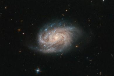晶亮灿烂NASA发布2亿光年外星系美照