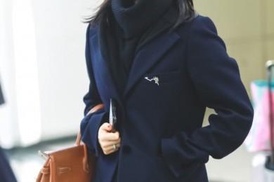 王子文机场满足低沉藏蓝呢子西装搭长围巾露脸舒适又保暖
